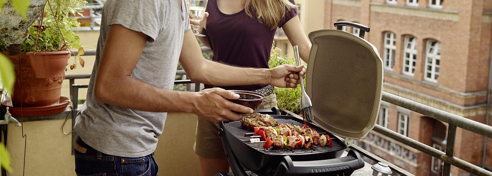 barbecues lectriques weber grill lectrique barbecue en ville sur un balcon ou terrasse. Black Bedroom Furniture Sets. Home Design Ideas